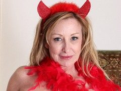 Over fifty adult model Rachel Woodbury shows off her sexy at allover30.com